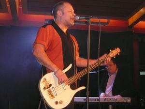 Micke Finell (saxofon) och Jonas Göransson (gitarr) bidrog till att The Refreshments fick Brux att gunga.