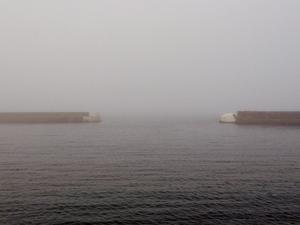 Yttre piren i Kiviks hamn en dimmig höstdag, arkivbild. Den drunknade påträffades strax utanför yttre piren.