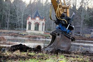 Grävning pågår. Det grävs, både i och omkring dammarna i Axmarbruks park.