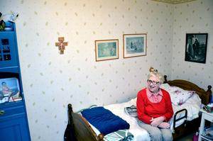 Nattfrid. Maj- Britt Andersson är mycket nöjd med att ha en kamera i sovrummet som nattpatrullen kan logga in i. Kameran syns längst upp till vänster i bilden.