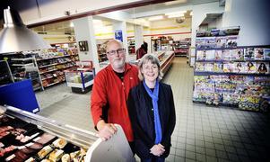 Håkan och Katarina Carlsson är inne på sitt sjätte  år som Ica-handlare i Vallsta. de konstaterar att semestermånaderna innebär en fördubbling av omsättningen i butiken.