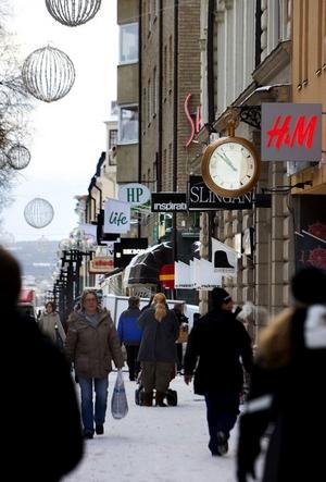 Prästagatan, där stora delar är gågata, sätter sin profil på Östersund. Centrumshandeln ska det satsas mera på där man också vill göra Kyrkogatan och Storgatan, vilka går parallellt med Prästgatan, ska man göra folkligare.