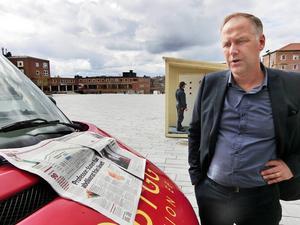 Vänsterpartiets Jonas Sjöstedt med LT:s artikel som visar befolkningsminskningen i länet, oavsett vilken regering som haft makten de senaste 20 åren.