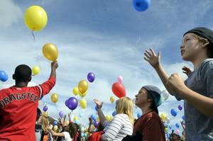 Ballonger i repris. Precis som vid invigningen av Björkhagaskolan för tio år sedan släpptes 350 ballonger upp mot himlen. Alla försedda med en lapp med kontaktuppgifter på, ifall någon hittar en ballong någonstans långt borta.