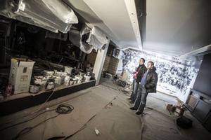 Micke Eriksson och Markus Englund blickar ut över det organiserade byggkaoset, ungefär en vecka innan premiäröppningen, när 100 % Östersund var på besök.