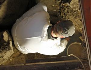 Ola George undersöker graven.