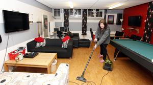 Första timmen, varje dag, när Marianne Åsberg kommer till ungdomsgården börjar hon med att städa. Ibland ligger dammet som en hinna över hyllor och golv. Det är den dåliga ventilationen som ställer till det.