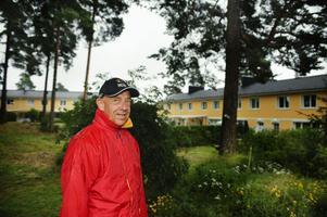 Skymmer solen. Ola Bengtsson vill att åtta träd ska fällas i bostadsområdet för att det ska bli ljusare. Och han är inte ensam, en majoritet av de boende vill att träden ska fällas och nu ligger ärendet på kommunens bord.