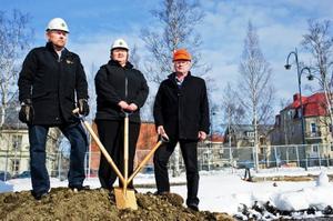 Klockan 10.00 på tisdagen togs det första spadtaget för HSB:s nya lägenhetshus på artillerigatan i Östersund. Hans Ejenstam, affärschef HSB Mitt, AnnSofie Andersson (S), kommunalråd i Östersund och Bertil Jacobsson regionchef på Peab stod för grovjobbet.