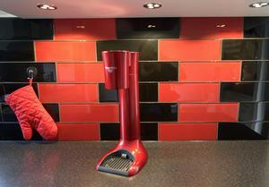 Anja valde kakel i rött och svart eftersom hon hade ett antal röda köksmaskiner sedan tidigare.
