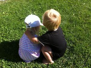 Kompisarna Emilia och Tim filosoferar över livet.