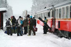 Skidturister stiger av tåget i Röjan efter en natts färd genom Sverige. Så här såg det ut ifjol vinter. Nu vankas en fortsättning vilket vittnar om både mod och framtidstro hos alla inblandade. Foto: Hanna Falkeström