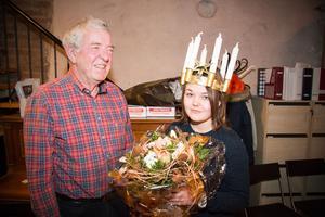Lions president Bo Fried överräckte blommor och provade den officiella Luciakronan på Felicia Tinglöw.
