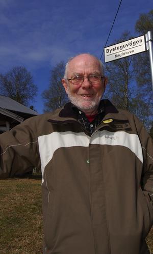 Mats Elfquist är överlycklig sedan kommunen nu satt upp de nya skyltarna med vägnamn på både svenska och älvdalska i hans hemby Månsta.
