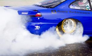 På provstarten värms däcken upp för att få bättre grepp inför tävlingsracet.