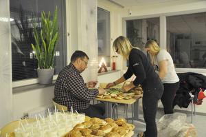 Lasse Wennman, Eva Johansson och Maja Wessling fixa mackor till ungdomarna.