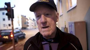 Kurt Wallner har full koll på vilka trafikregler som gäller i korsningen utanför hans bostad.