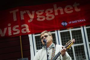 Kampsång. Bengt-Olov Filmersson stod för underhållningen i Folkets park och avslutade med Internationalen.