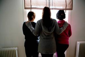 De tre kvinnorna har alla jobbat mer än tio år på äldreboendet Åkershem. Fotograf: Gunnar Stattin