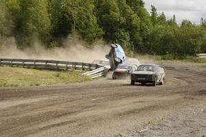 Här krokas det ihop och voltas i herrarnas A-final redan på första varvet. Blivande vinnaren Daniel Wall i täten, men bakom går det illa för Daniel Andersson, Timrå, i sin blåa Nissan.