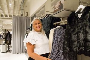 Julia Bergqvist, 23 år, är en av butikssäljarna i nyöppnade Spirit Stores. Hon beskriver kläderna som eleganta och tycker att de passar till både unga och äldre.