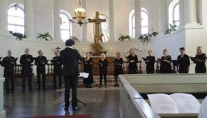Kören A Capriccio, som leds av Avestabördige Anton Leanderson-Andréas, sjunger i Dalarna under lördag och söndag.