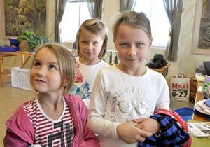 Systrarna Madicken, Elvira och Edla Bolin fyndade tröjor på Klöstas höstmarknad.