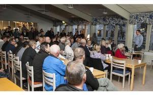 Många var det som ville veta mer om asylboendet på Tallmogården. Och många var oroliga. Stefan Wedin från Migrationsverket sa att de flesta som kommer till Sunnansjö är från Syrien. Foto: Thomas Isaksson/DT