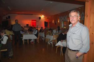 Ture Myhr som är ordförande i byalaget tycker det är roligt med både nya och gamla ansikten på surströmmingsfesten.  Foto: Carin Selldén