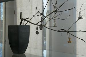 I trädet hänger örhängen av olika modeller. i bakgrunden syns några av Ulrikas mobiler.