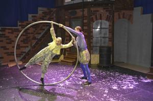 Signe (Rebecca Seward) har mött akrobaten Benvolio (Joel Degerfeldt) och fått veta att den som tränar konster inte fryser.
