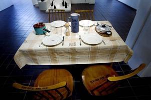 """""""Vad får vi?  Ninna Gunnarssons bord dukat med vardagskränkningar."""