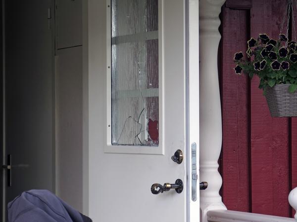 Fönsterrutan till ytterdörren var sönderslagen. Tjuvarna tros ha kommit in den vägen och sedan lämnat genom bakdörren.
