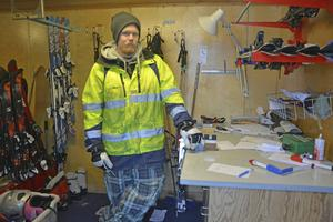 Det blev ett tufft arbetspass för skidutlånaren Robin Olsson.