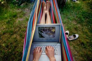 Många vill surfa även på semestern. Tänk på att abonnemang med fast pris oftast endast gäller i Sverige.