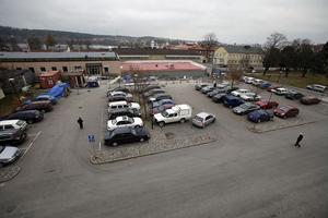 En analys av parkeringsproblemen på Hudiksvalls sjukhus och möjliga lösningar ska läggas fram om en månad. Bland annat kommer en kalkyl för parkeringshus ställas mot en kalkyl med högre taxa.