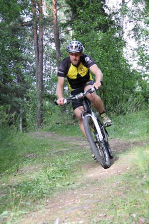 Kennet Bolinder från Söderhamn kastar sig ut i cykelspåret.