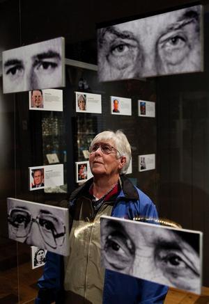 Kan man se på ögonen om någon är ond eller god? Nej, och inte på hela ansiktet heller, konstaterar Gun Högdahl som på baksidan av ögonbilderna ser den aktuella personens ansikte och läser hans eller hennes livshistoria.