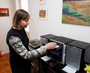 Två cd-skivor har Eira Kunze Nilsson spelat in, men hon är för blyg för att sjunga offentligt.– Det kanske blir någon gång framöver, säger hon.