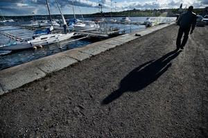 Polisen misstänker att mannen som höll på att drunkna i Hudiksvalls småbåtshamn under natten till söndag blev knuffad i vattnet.