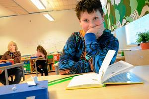 Läser om Strumpmannen. Isac Nilsson i skolbänken. Uppgiften just nu är läsning på egen hand. – Boken verkar bra, men jag vet inte ännu. Jag har precis börjat, säger han.