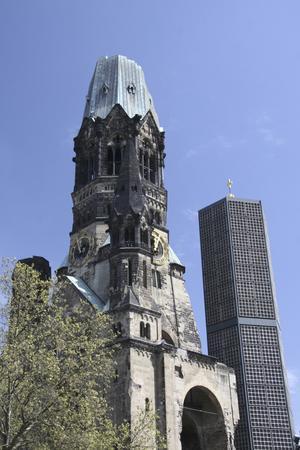 Gedächniskirche förstördes 1943 under ett bombanfall och står som minnesmärke mitt i staden.