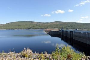 Vattenkraften generar mycket pengar i Dalarna och under Inlandstinget diskuterade man möjligheterna att pengarna också ska gå tillbaka till de områden där energin alstras. På bild ser man dammen i Trängslet.