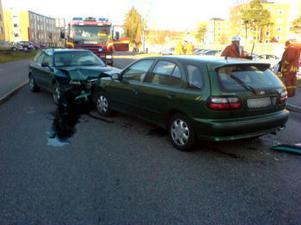 Tre personer fick föras till sjukhus efter en frontalkrock på Fridhemsgatan på förmiddagen.