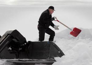 Skoterklubbens nestor, 70-åringen Alvar Jönsson, hjälpte till att skotta snö från danslokalens tak.