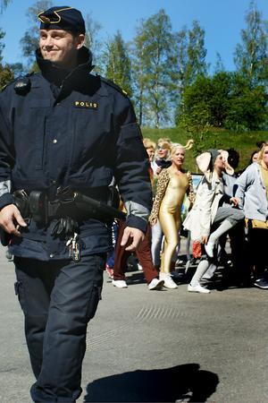 Polis Andreas Hansemon hjälpte till att kontrollera trafiken.