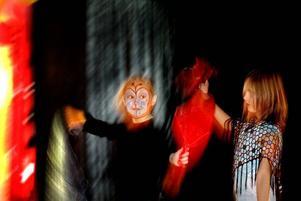 CIRKUS. Viktoria Wesslegård och hennes kompisar som har gått Parkbadets cirkusskola visade i går upp vad de har lärt sig.