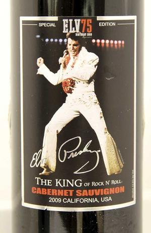 Elvis The King Cabernet Sauvignon 2009, USA (6312) 109 kronorPublikt med saftiga toner av svarta vinbär, hallon och vanilj. Knappt prisvärt i den inställsamma skolan.
