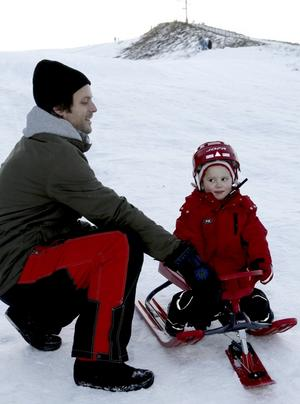 Fartfylld åkning. Moa Fredriksson, 3 år är en hejare på att åka snowracer. Men det är pappa Robert som får dra den upp för backen efter varje tur.