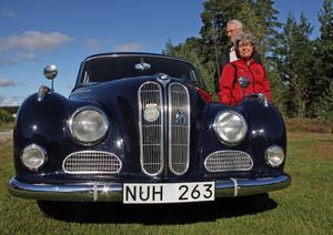 Tore och Anita Engman vid sin BMW 502 av 1957-års modell